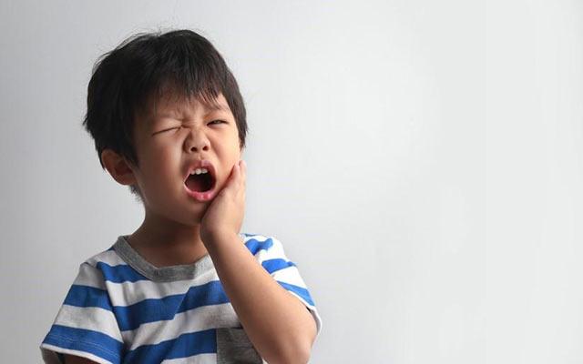 Trẻ em bị sâu răng hàm cũng là một nguyên nhân gây bệnh